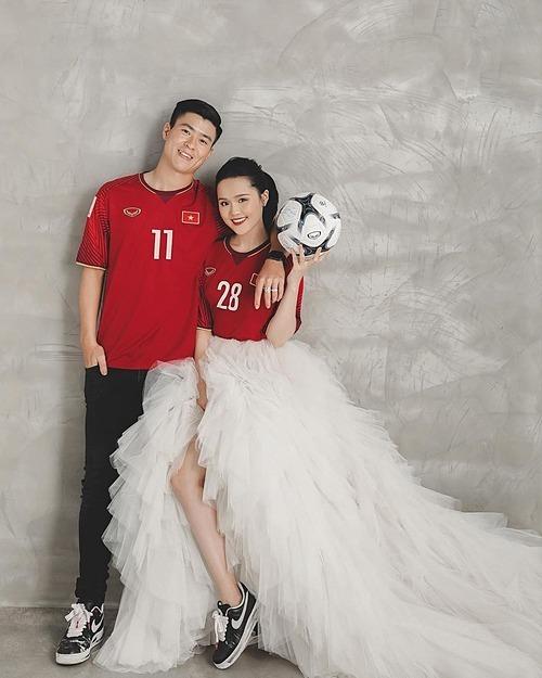 Quỳnh Anh đăng ảnh cưới bên ông xã Duy Mạnh và hài hước viết: Khi bạn lấy chồng là cầu thủ bóng đá ảnh cưới của bạn sẽ như này.