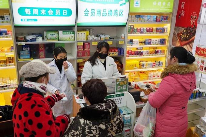 Người dân xếp hàng mua khẩu trang tại Vũ Hán, Hồ Bắc, Trung Quốc. Ảnh: SCMP.