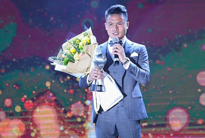 Quang Hải nhận giải Cầu thủ hay nhất Đông Nam Á 2019. Ảnh: Đương Phạm.