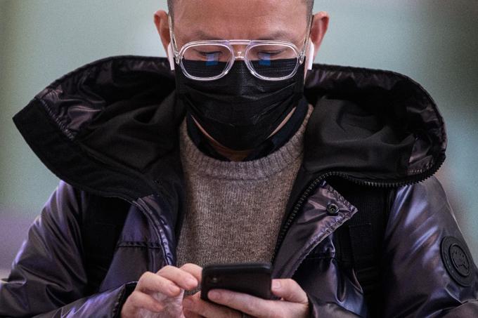 Một người đàn ông Hong Kong đeo khẩu trang đi ngoài đường phố khi dịch virus corona bùng phát. Ảnh: hongkongfp.