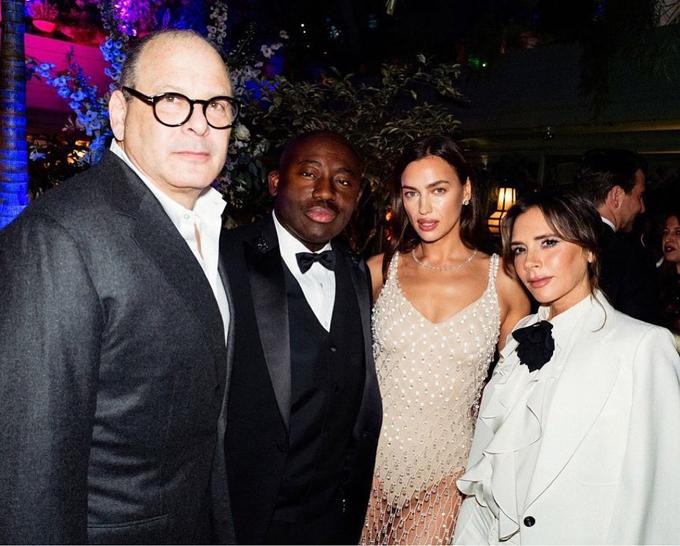 Irina cũng chụp hình với Victoria Beckham và những vị khách khác.