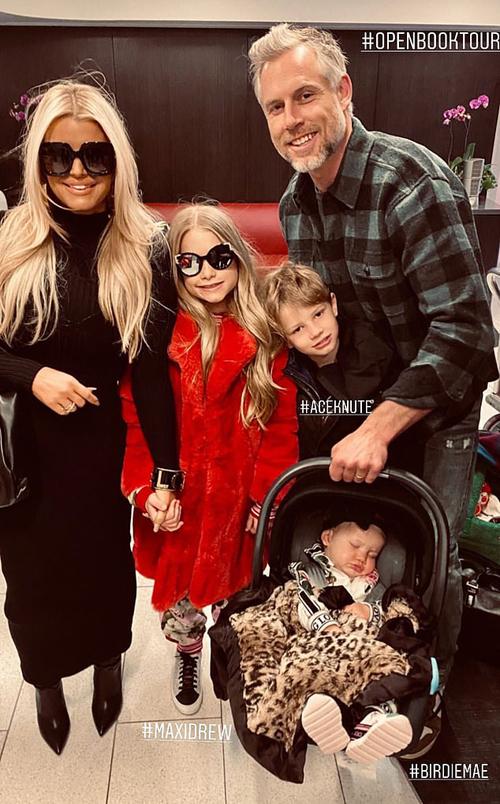Jessica cùng chồng và ba người con lên đường đi quảng bá cuốn hồi ký.