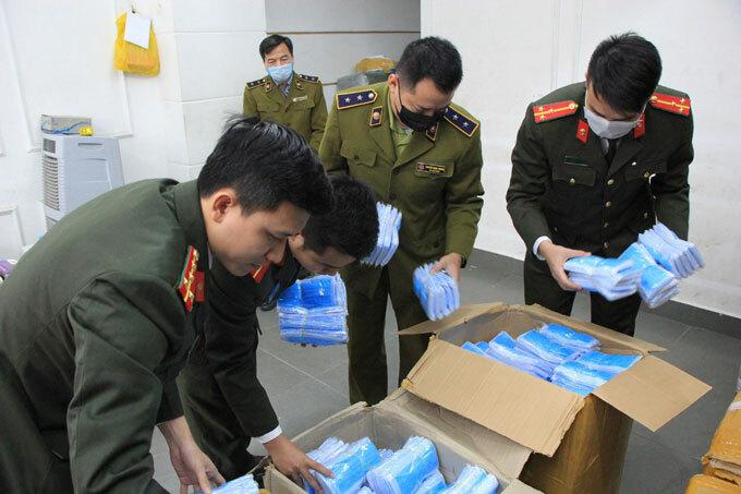 Lực lượng chức năng kiểm tra lô hàng khẩu trang không rõ nguồn gốc xuất xứ chuẩn bị được đưa ra nước ngoài tiêu thụ.