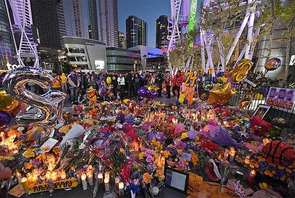 Fan thắp nến, mang hoa và đồ lưu niệm tới tưởng niệm Kobe Bryant bên ngoài Staples Center.