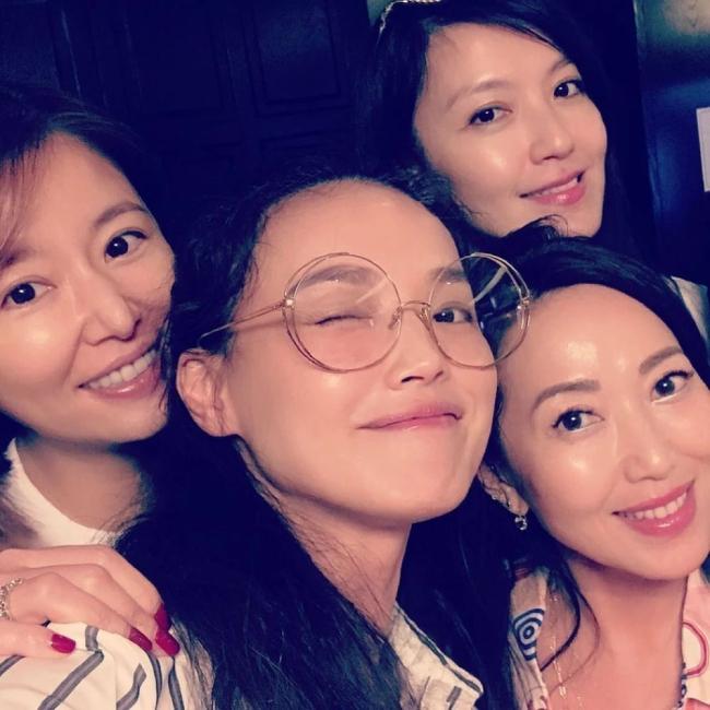 Trên trang cá nhân, Lâm Tâm Như hé lộ ảnh cùng những người bạn thân thiết Thư Kỳ, Lâm Hy Lôi. Đều là những nghệ sĩ ở tuổi ngoài 40 nhưng các ngôi sao xứ Đài