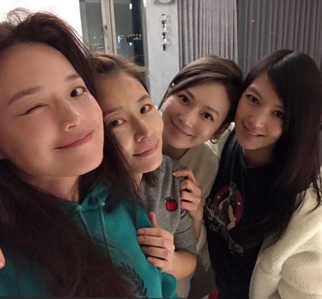 Lâm Tâm Như đọ mặt mộc với hội bạn dì - 2