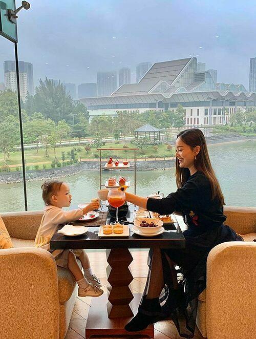 Con gái Lan Phương uống trà, thưởng thức bánh ngọt cùng mẹ.