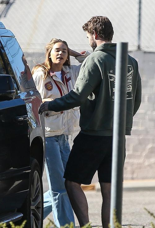 Bạn gái mới của Liam - người mẫu 23 tuổi Gabriella Brooks - chờ anh ở bãi đỗ xe. Gabriella là chân dài người Australia, từng đi tắm biển với Liam ở quê nhà vào tháng trước.