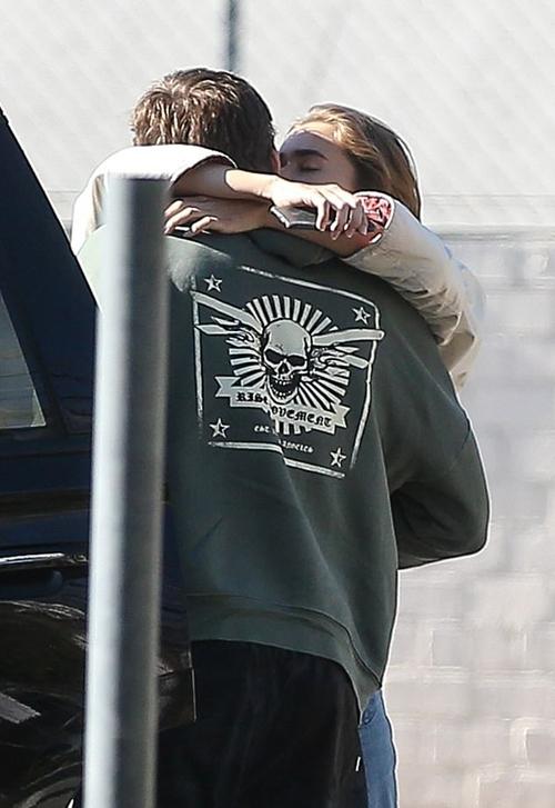 Liam và bồ trẻ trao nhau nụ hôn đắm đuối.