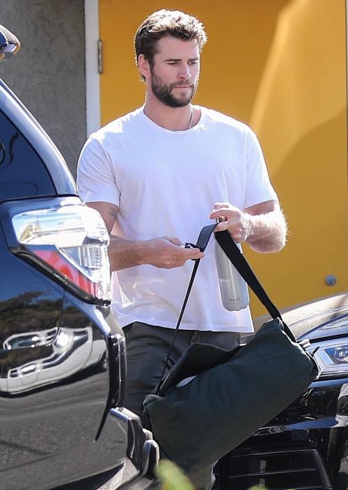Miley và Liam Hemsworth chính thức ly hôn vào cuối tháng 1 sau năm đệ đơn lên tòa án. Cả hai đều đã nhanh chóng kết thúc vụ ly dị trong hòa bình và ổn định cuộc sống mới. Liam được trông thấy đi tập gym ở Los Angeles sáng 3/2.