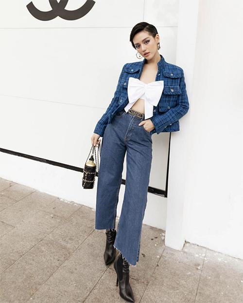 Cô em trendy phối màu ăn ý với áo crop-tip trắng đi cùng jacket kẻ sọc xanh. Phụ kiện dây lưng, bình đựng nước cùng thương hiệu Chanel giúp Khánh Linh thêm phần sang chảnh.