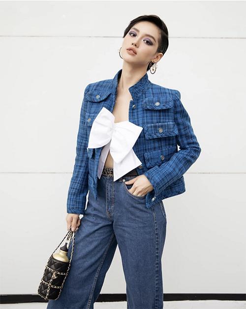 Áo trang trí chiếc bơ to bản có giá 34 triệu đồng nằm trong bộ sưu tập Cruise 2019 của Chanel được Khánh Linh và nhiều sao Việt yêu thích.