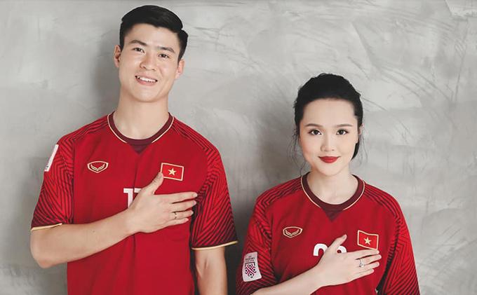 Ít ngày trước khi diễn ra lễ cưới, trung vệ Duy Mạnh và cô dâu Nguyễn Quỳnh Anh tiếp tục hé lộ với bạn bè và các fan những hình ảnh mới trong bộ ảnh cưới của mình. Trung vệ CLB Hà Nội đưa hai chiếc áo đấu quý giá nhất trong sự nghiệp của anh vào ảnh cưới.