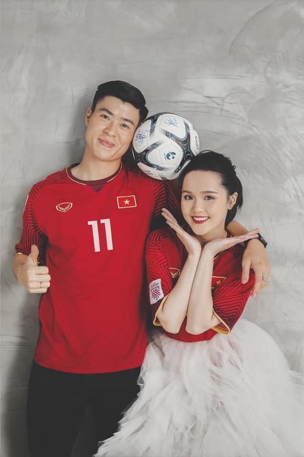 Duy Mạnh mặc lại áo đấu số 11 của U23 Việt Nam dự vòng chung kết U23 châu Á 2018. Ở giải đấu này, anh cùng các đồng đội xuất sắc giành ngôi Á quân. Trong khi đó, cô dâu Quỳnh Anh mặc áo tuyển Việt Nam vô địch AFF Cup 2018.