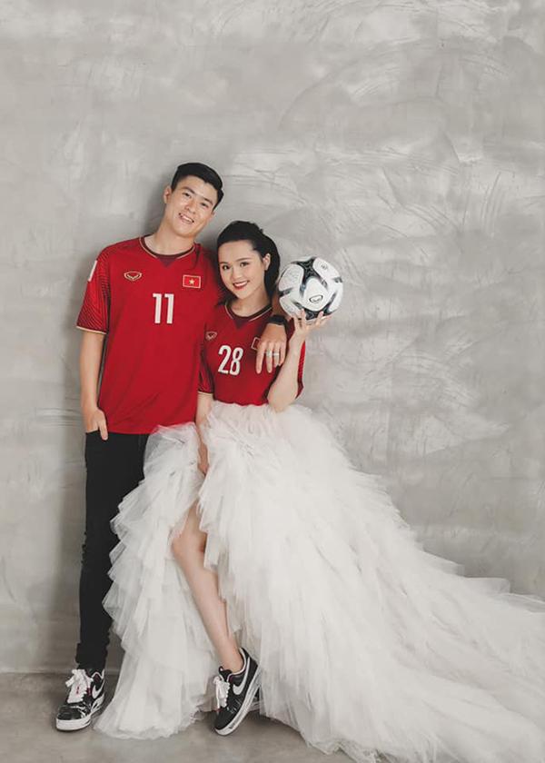 Đám cưới của Duy Mạnh và Quỳnh Anh được tổ chức vào ngày 9/2 tới. Trung vệ CLB tổ chức tiệc mừng tại hai địa điểm là sân bóng ở quê anh (Đông Anh, Hà Nội) và khách sạnJW Marriott - nơi hai người lần đầu gặp nhau.