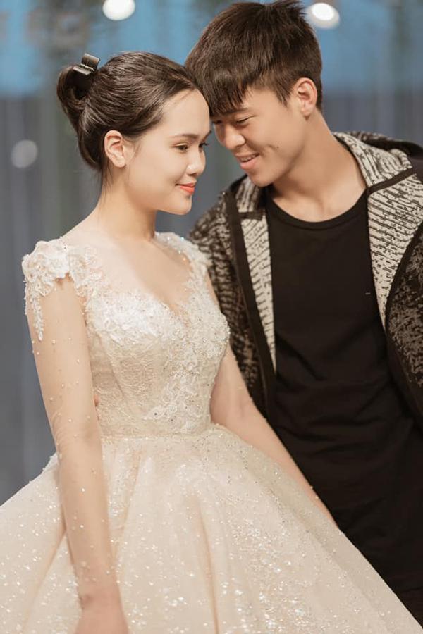 Trong bộ ảnh cưới, Duy Mạnh và Quỳnh Anh còn diện nhiều trang phục khác.