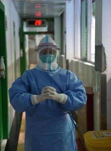 Hu Pei khi mặc đồ bảo vệ và thực hiện nhiệm vụ chăm sóc, điều trị cho các bệnh nhân nhiễm virus corona ở Vũ Hán. Ảnh: Sin Chew.
