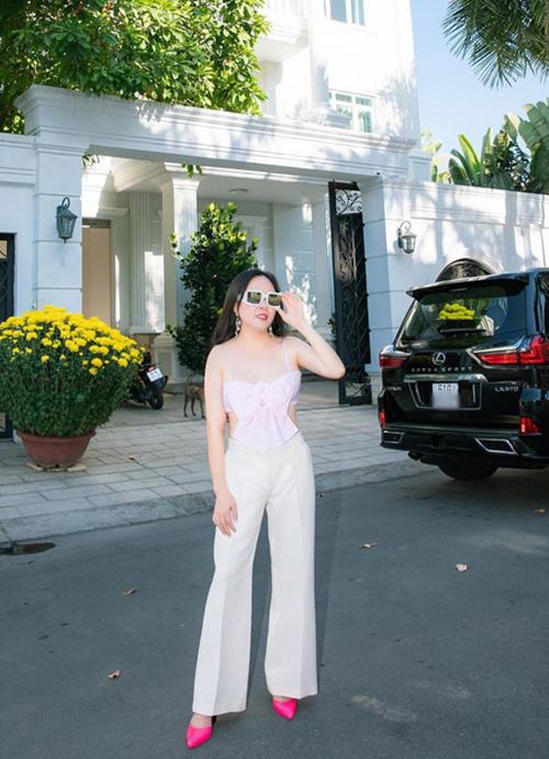 Sau phen sóng gió của dư luận về cách mix đồ bất ổn, Phượng Chanel nhận được nhiều lời khen khi đưa mẫu áo đính nơ về đúng với giá trị của nó. Trang phục crop-top được cô phối cùng quần trắng ống đứng.