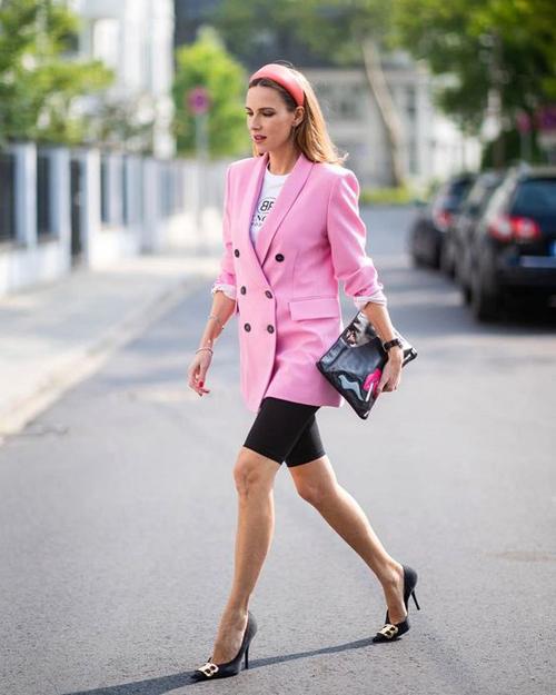 Những cô nàng trung thành với phong cách thanh lịch và trang nhã có thể chọn váy áo hồng phấn, hồng pastel, hồng thạch anh để sử dụng.