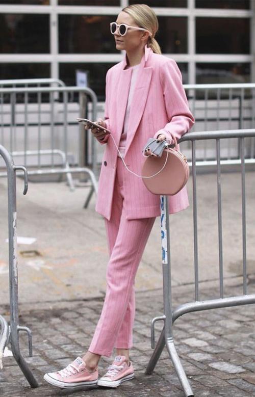 Diện nguyên cây hồng dâu, hồng nude là phong cách thịnh hành ở mùa mốt 2018. Trong trào lưu ăn mặc mới, nhiều cô nàng yêu sự lãng mạn vẫn chuộng công thức này.