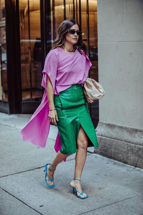 Những cô nàng yêu sự phá cách hiếm khi mix màu hồng theo lối an toàn. Họ chọn tông màu bắt mắt để kết hợp cùng sắc xanh lá, xanh navy và blue.