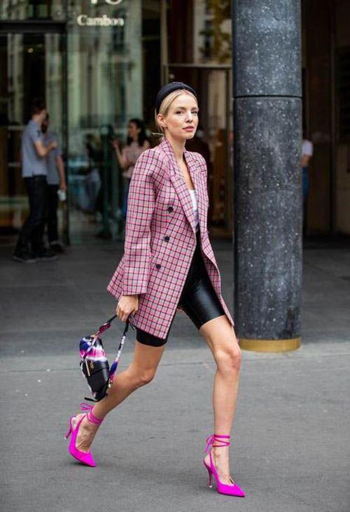 Ngoài bảng màu phong phú về sắc độ, gam hồng còn được khai thác các kiểu họa tiết hiện đại và khiến trang phục của phái đẹp thêm phần đa dạng.