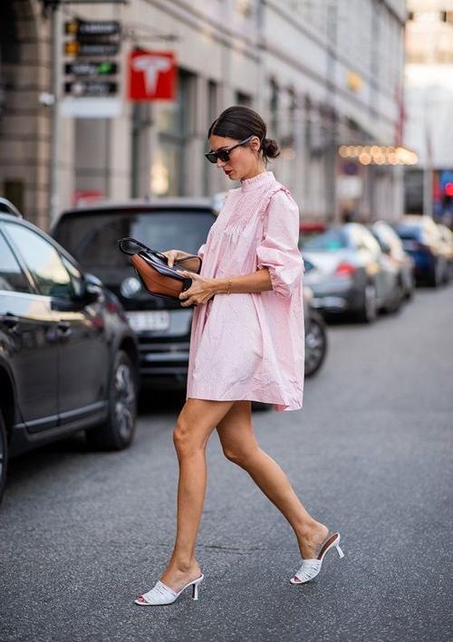 Nằm trong top 10 sắc màu thịnh hành ở mùa thời trang 2020, tông hồng thể hiện độ hot không kém cạnh xanh blue, vàng nghệ, đỏ hay trắng.