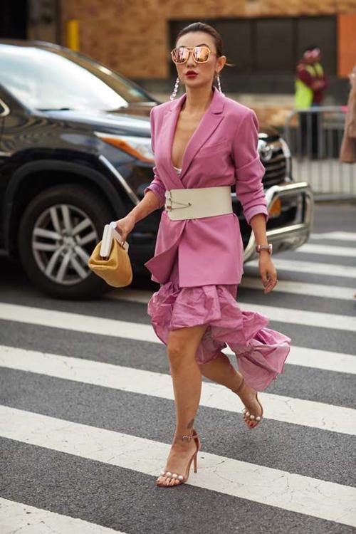 Điểm nổi bật và khiến trang phục tông hồng có sự hấp dẫn mới lạ là cách thể hiện nét đa dạng về sắc độ đậm - nhạt. Nó mang tới nhiều sự lựa chọn cho phái đẹp trong việc phối màu hợp mốt.