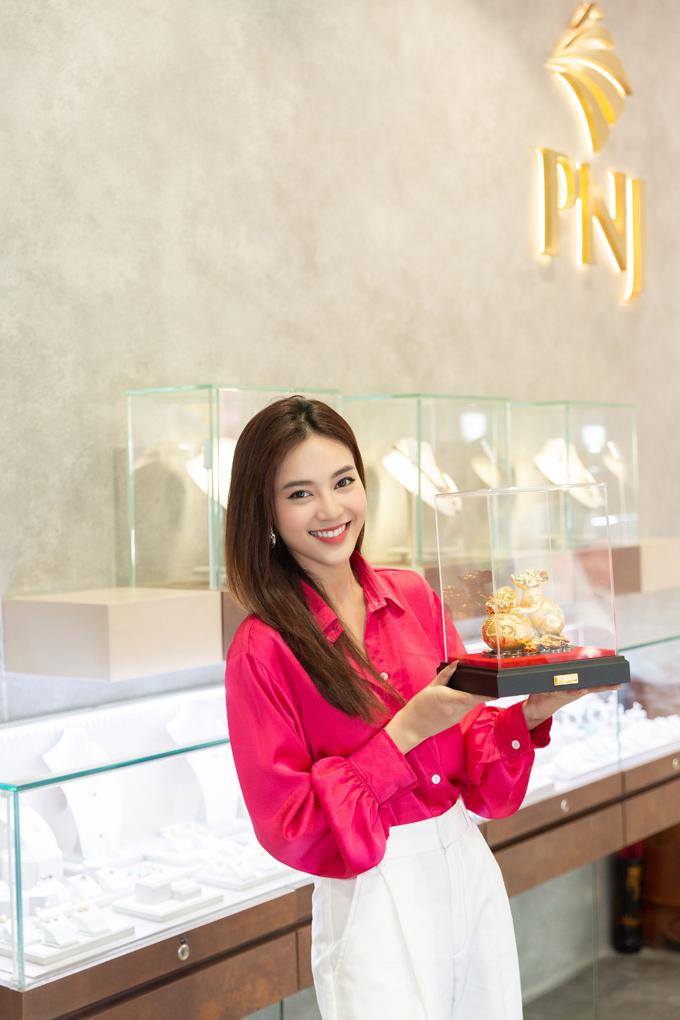 Diễn viên Gái già lắm chiêu cũng rất thích các sản phẩm mùa Thần tài năm nay của PNJ. Theo cô, các sản phẩm rất đẹp, được thiết kế cầu kỳ và mang ý nghĩa may mắn cho người mua.