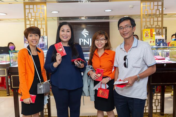 Nghệ sĩ Hồng Vân cũng tham gia hoạt động lần này của PNJ. Ngay từ sáng sớm, nhiều khách hàng đến cửa hàng để chờ lấy lộc của nữ nghệ sĩ.