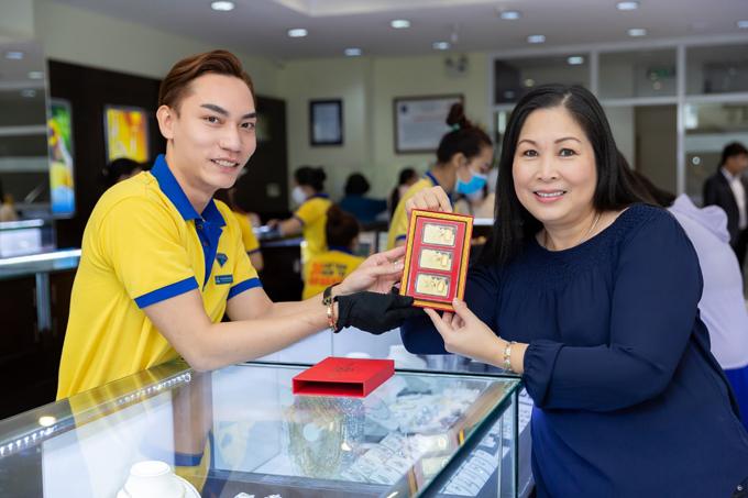 Nữ nghệ sĩ không chỉ phát lộc cho khách hàng mà còn mua cho mình những miếng vàng Thần tài để cầu một năm thuận lợi, gặp nhiều may mắn trong công việc.