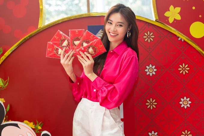 Ngoài Quyền Linh và Hồng Vân, Lan Ngọc là nghệ sĩ cuối cùng tham gia hoạt động phát lộc đầu năm. Cô rạng rỡ xuất hiện với nhiều phần lì xì sẵn sàng trao lộc đầu năm cho khách mua sắm tại cửa hàng.