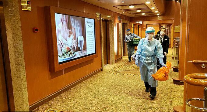 Các nhà chức trách kiểm tra dịch bệnh trên tàu Diamond Princess hôm 4/2. Ảnh: Reuters.