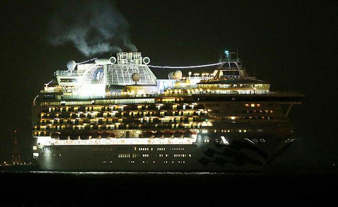 Tàu Diamond Princess neo ngoài khơi vịnh Yokohama Nhật Bản tối 3/2. Con tàu dự định sẽ được giữ lại để kiểm tra trong vòng 24 giờ. Ảnh: The Asahi Shimbun.