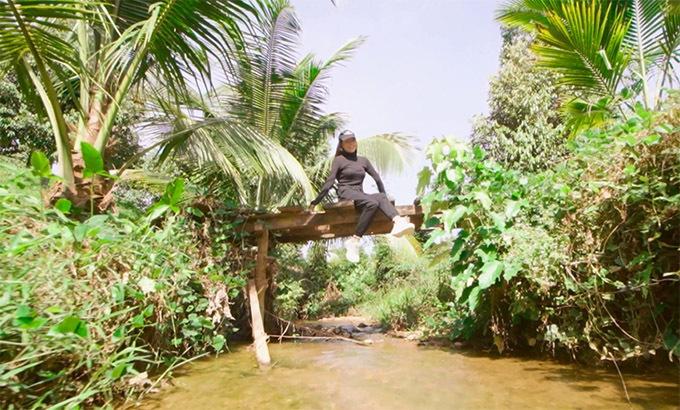 Trang trại của Trà Ngọc Hằng còn rất hoang sơ, đậm nét thôn quê với suối chảy róc rách, chim hót líu lo. Nữ ca sĩ thích ngồi vắt vẻo trên cây cầu nhỏ bắc qua dòng suối trong vườn, thả hồn về những ký ức trong trẻo thời thơ ấu.