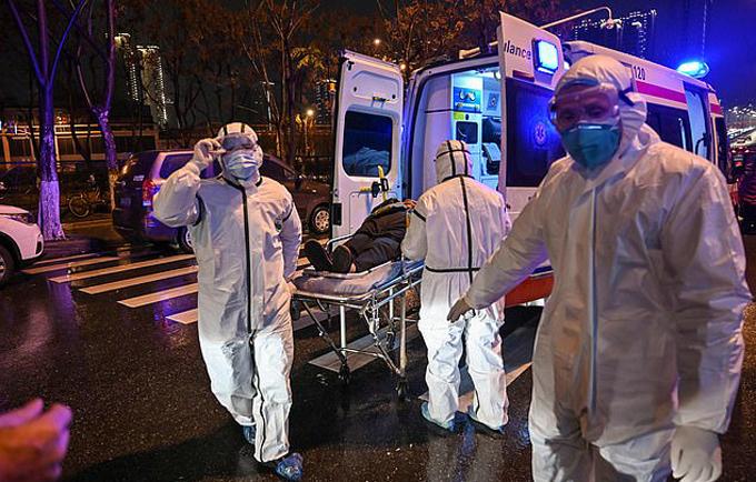 Bệnh nhân nhiễm virus corona được đưa đến bệnh viện Vũ Hán điều trị. Ảnh: AFP.