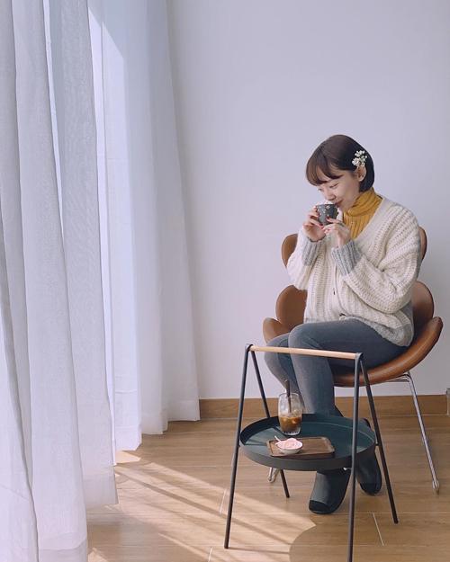 Tóc Tiên bỗng hóa thành cô gái nhu mì và dịu dàng với set đồ đậm chất vintage hợp với tiết trời mùa xuân phương Bắc.