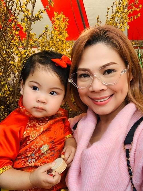 Ca sĩ Thanh Thảo và con gái.