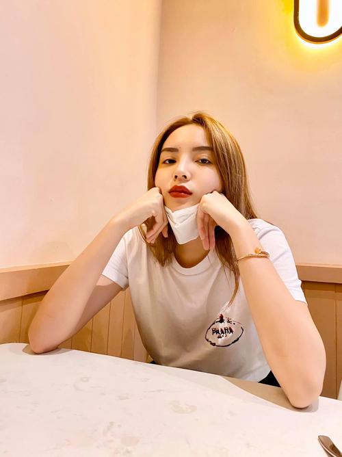 Bên cạnh các mẫu áo thun xịn xò của thương hiệu nổi tiếng, túi xách hot trend thì Kỳ Duyên không quên khẩu trang y tế.