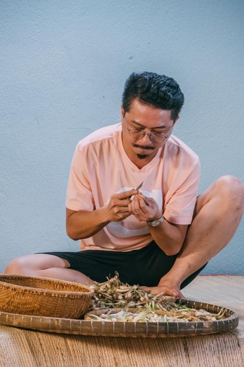 Trong tập 4 của show Tết này ăn gì?, gia đình Lâm Vỹ Dạ giới thiệu những món ăn truyền thống của dân tộc: canh khổ qua nhồi thịt,