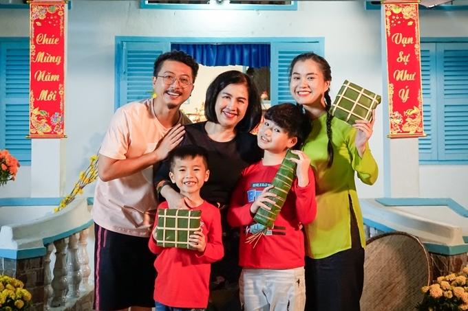 Gia đình Hứa Minh Đạt - Lâm Vỹ Dạ quây quần hạnh phúc bên bà nội,