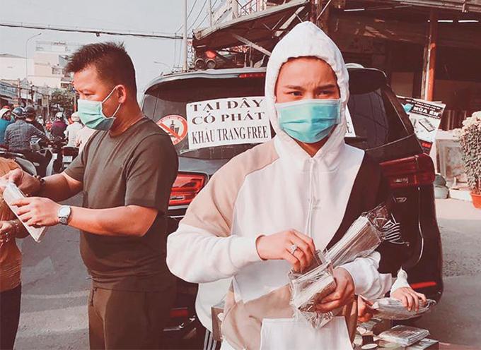 Ca sĩ Giang Hồng Ngọc cùng chồng đi phát khẩu trang.