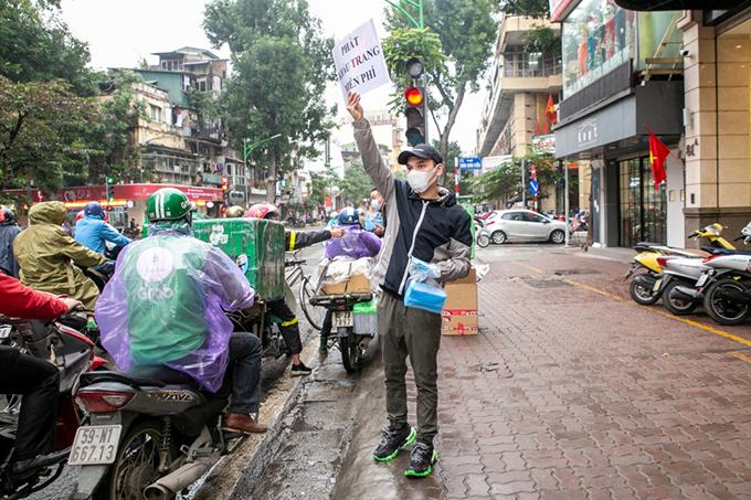 Khắc Việt đứng 4 tiếng dưới trời lạnh 15 độ C để phát khẩu trang cho người dân.