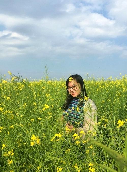 Cánh đồng hoa cải vàng đang nở rộ ở Đà Lạt, thuộc nông trại Cầu Đất, cách trung tâm thành phố khoảng 20 km. Đây là một trong những điểm đến được ưa chuộng dịp đầu xuân. Bạn có thể chạy xe máy đi về trong ngày. Nên đi từ sớm cho đỡ đông.Ảnh sarahnasiruddin