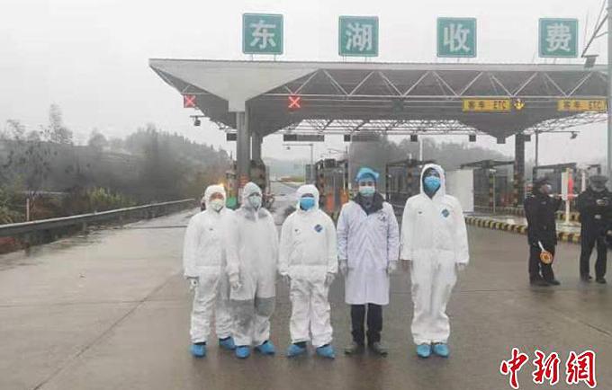 Song Yinjie cùng các đồng nghiệp tại điểm đóng quân ởđường cao tốc Yuelin. Ảnh: China News.
