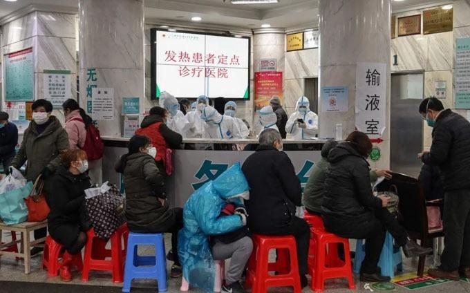 Các bệnh nhân xếp hàng dài chờ khám bệnh ở Vũ Hán. Ảnh: SCMP.