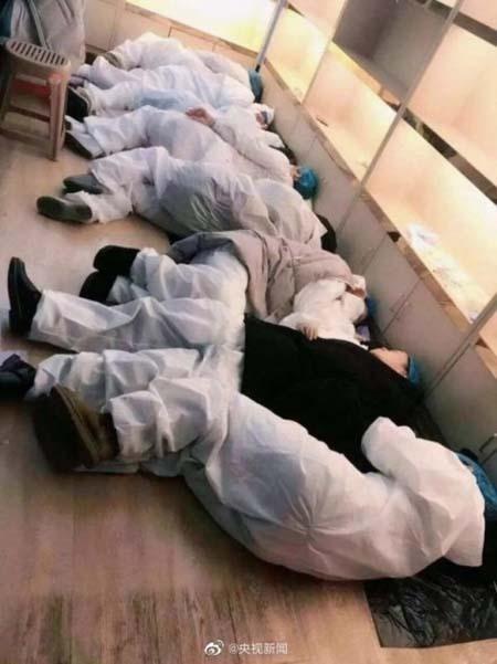 Các bác sĩ ở một bệnh viện Vũ Hán tranh thủ chợp mắttrên sàn nhà. Ảnh:China News.