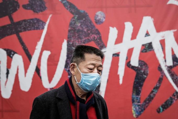 Người đàn ông đeo khẩu trang tại Vũ Hán. Ảnh: Chinanews.