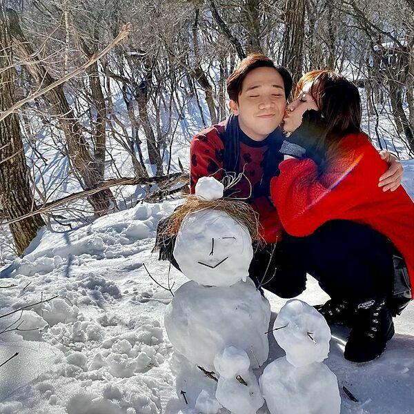 Hari Won tình tứ bên ông xã Trấn Thành ở Hàn Quốc.