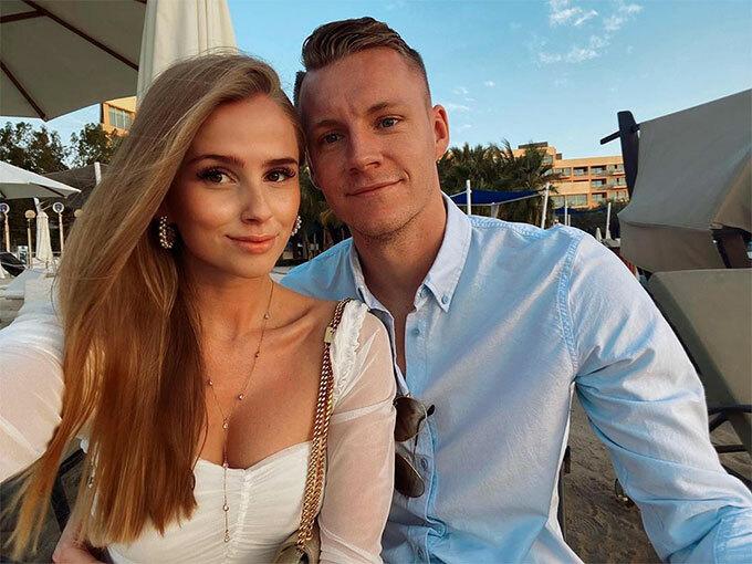 Thủ môn Arsenal và bạn gái Sophie cũng hưởng nắng gió Dubai.